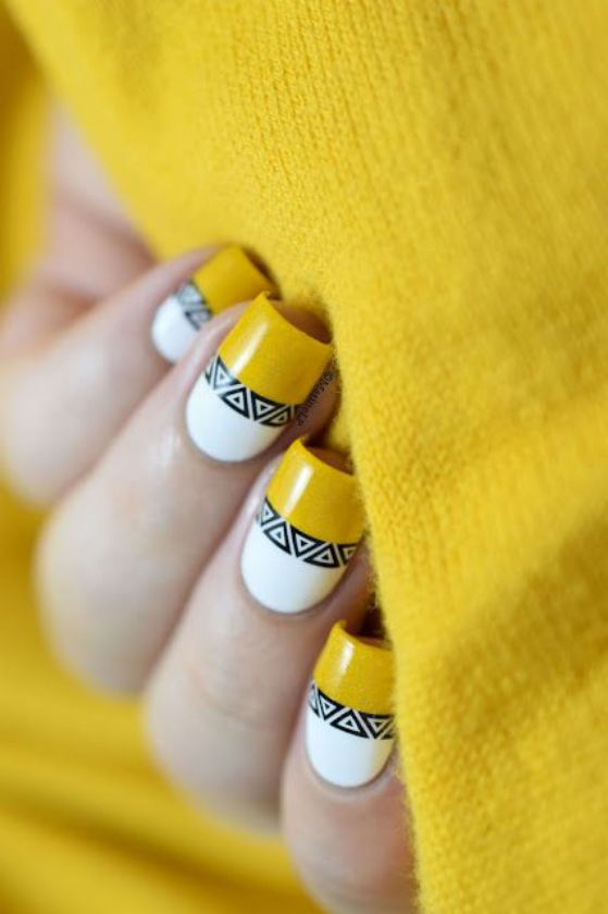 uñas largas amarillas