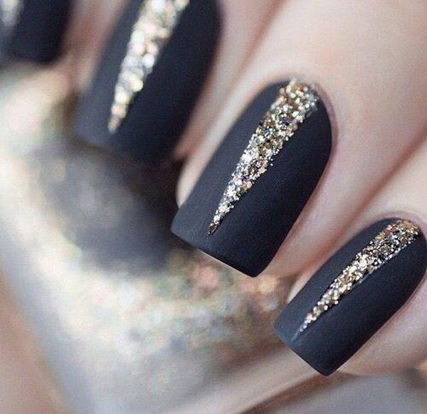 uñas largas negras con dorado