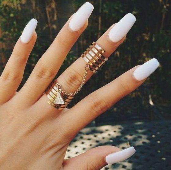 uñas largas pintadas de blanco