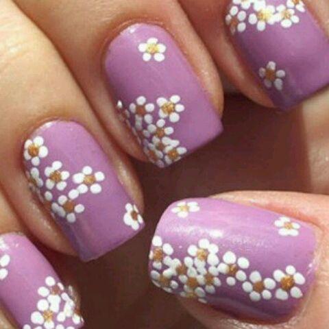 uñas moradas con pequeñas flores