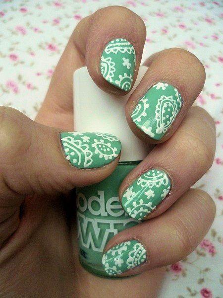 uñas naturales decoradas de verde