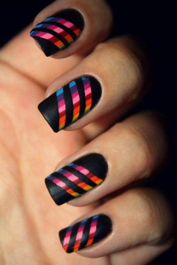 uñas negras con pegatinas