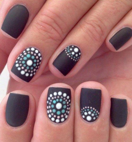 uñas negras decoradas con circulos