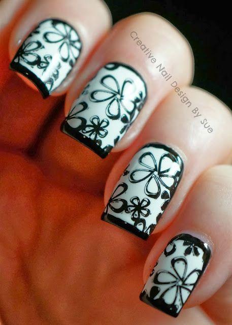 uñas negras y blanco con flores