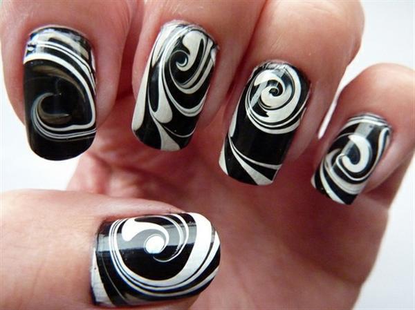 uñas negro diseño en agua