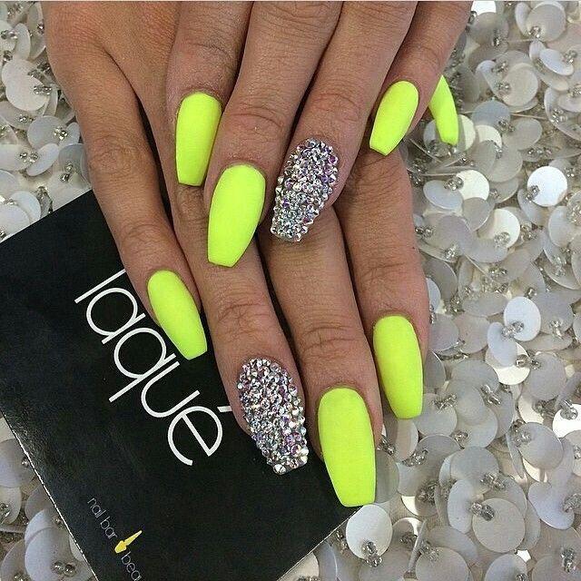 uñas pintadas amarillo neon con accesorios