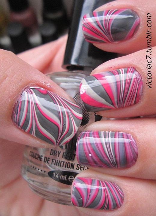 uñas pintadas en agua grises