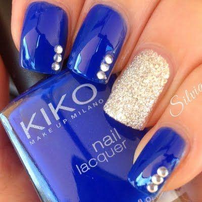 decorando uñas azul con plateado