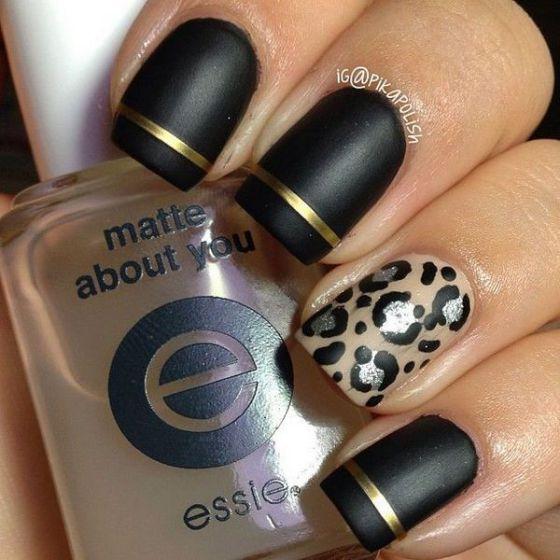 modelo de uñas negras con cintilla dorada