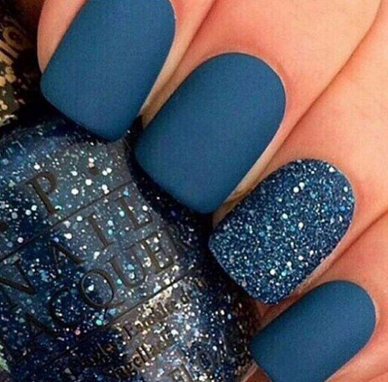 uñas acrilicas azules con escarcha