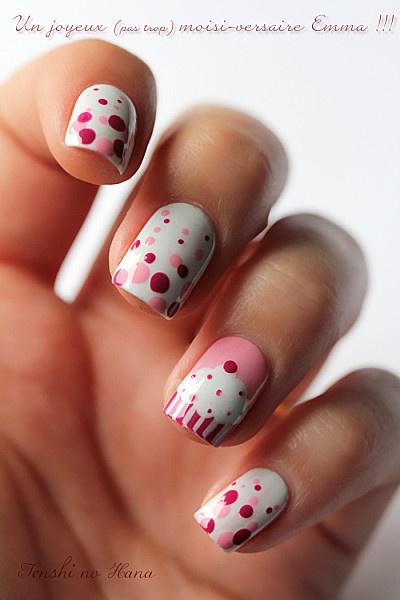 uñas blancas decoradas con rosa