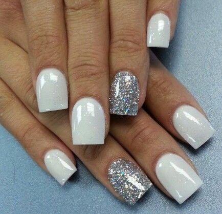 uñas cortas blancas con plateado