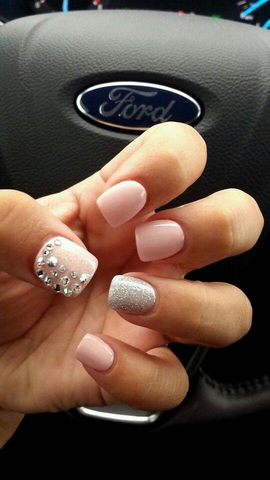 uñas cortas rosa con plateado