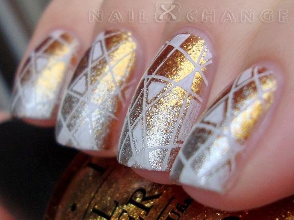 uñas decoradas de blanco y dorado