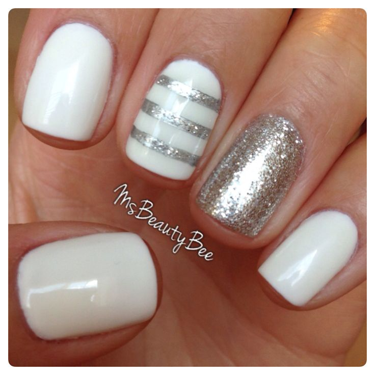 uñas plateadas con blanco