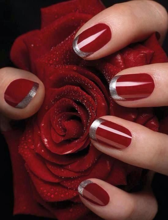 uñas rojas con plateado