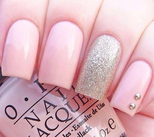 uñas rosa con accesorios plata