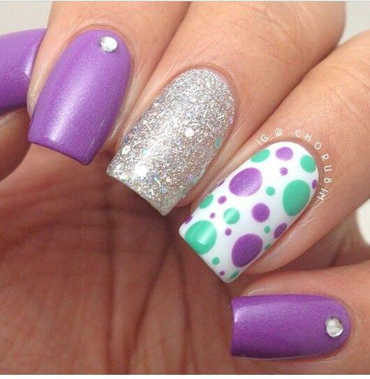 uñas violeta con plateado