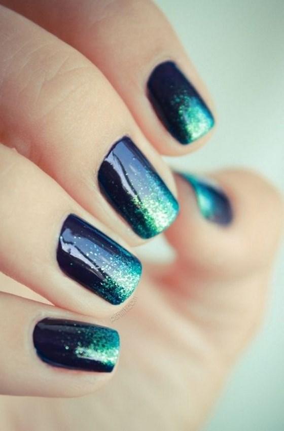diseño de uñas azules en degrade
