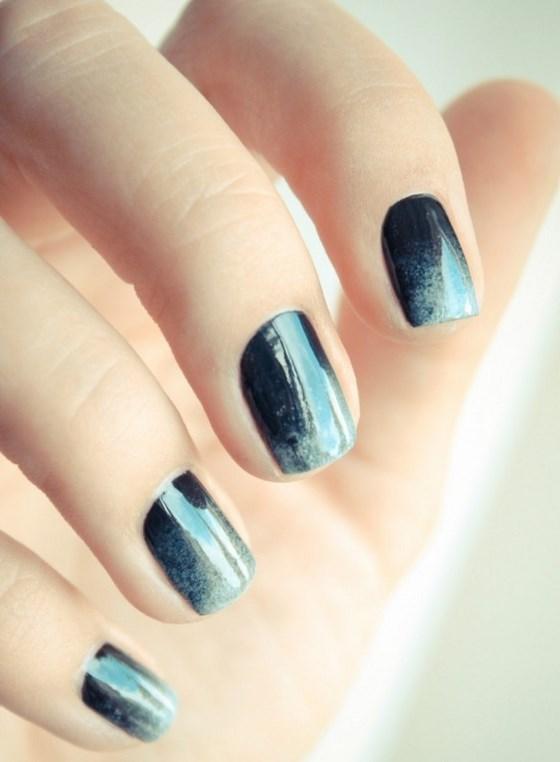 decorando uñas azules en degrade
