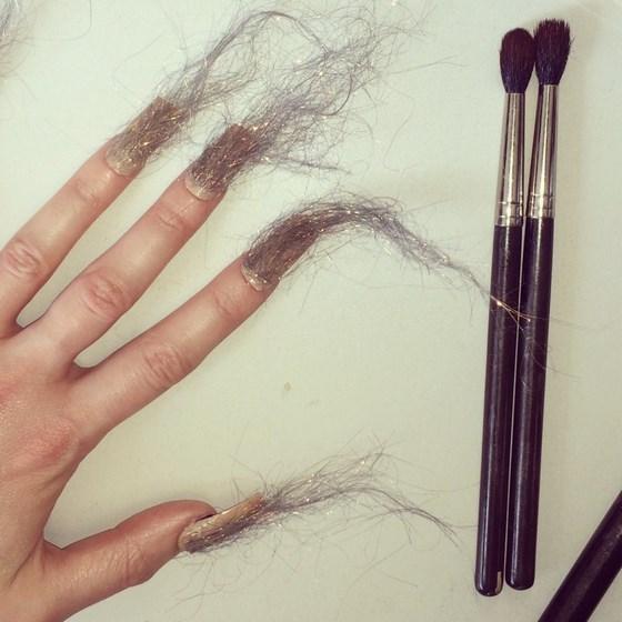 uñas con mechones de pelo