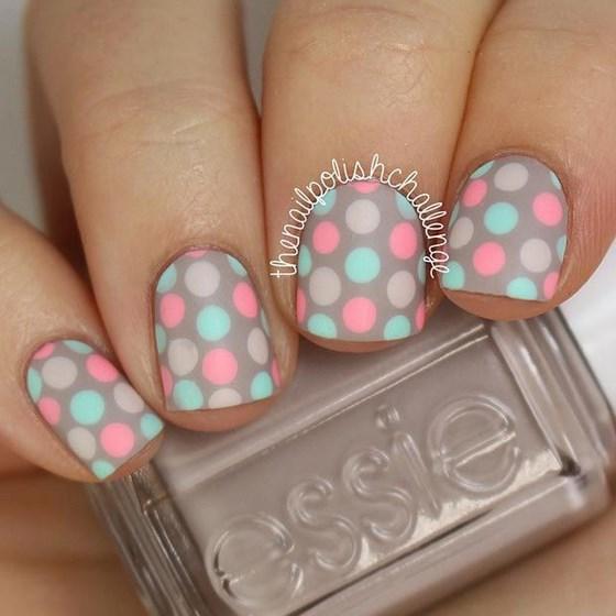 uñas naturales decoradas con colores