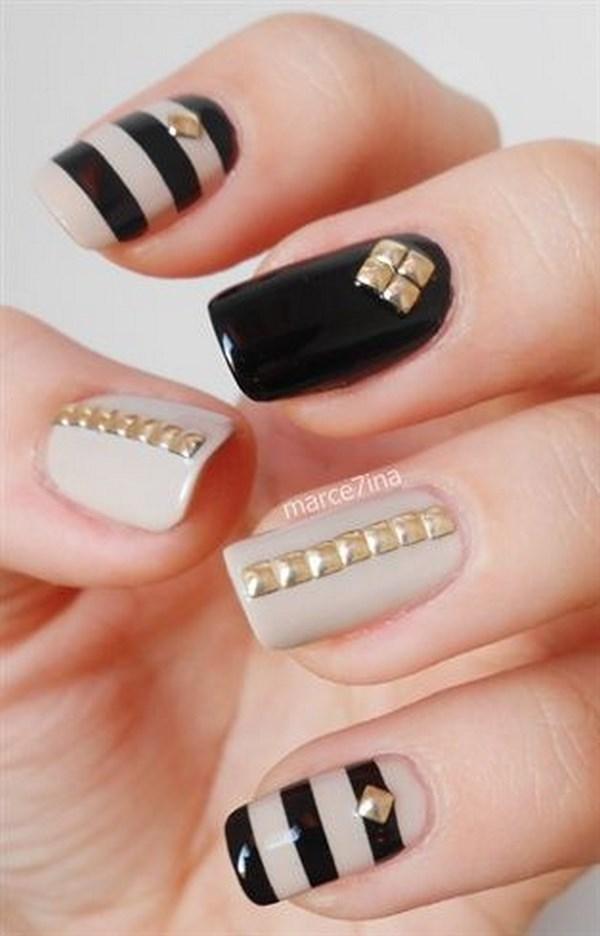 decoracion de uñas nude con negro y accesorios