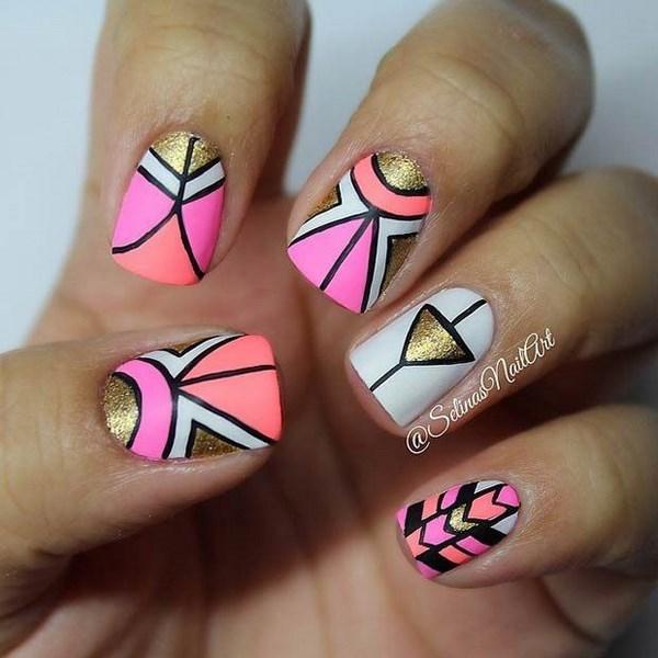 diseño de uñas con formas geometricas dorado con neon