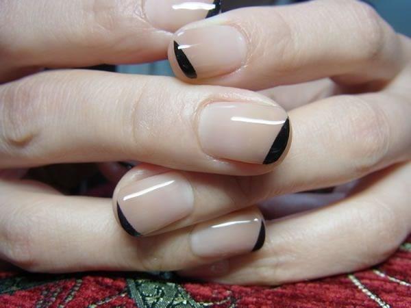 diseño de uñas naturales nude con negro