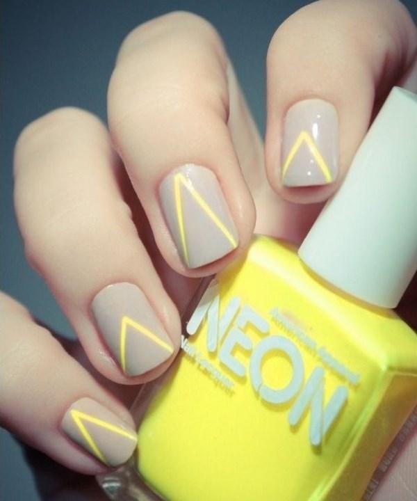diseño sencillo de uñas neon con cintillas