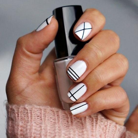 diseños de uñas blancas con cintas negras