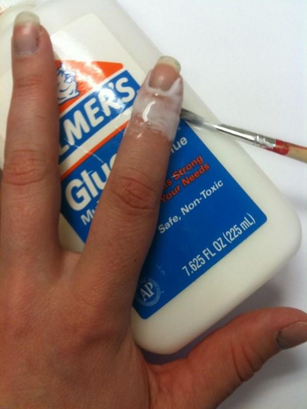 pegante alrededor de los dedos