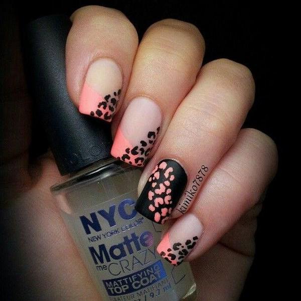 uñas a dos colores negro y rosa