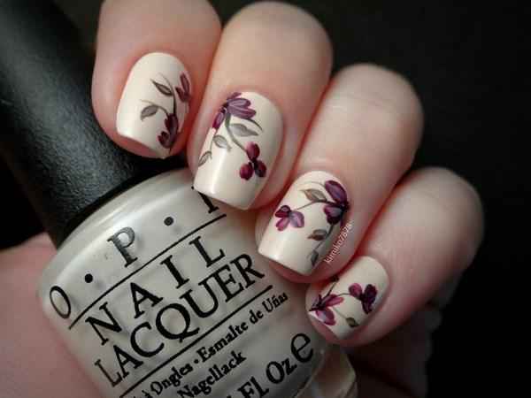 uñas color nude con rosas