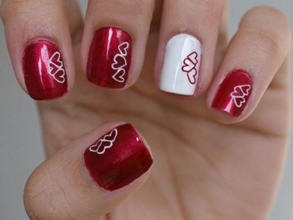 uñas de colores y corazones