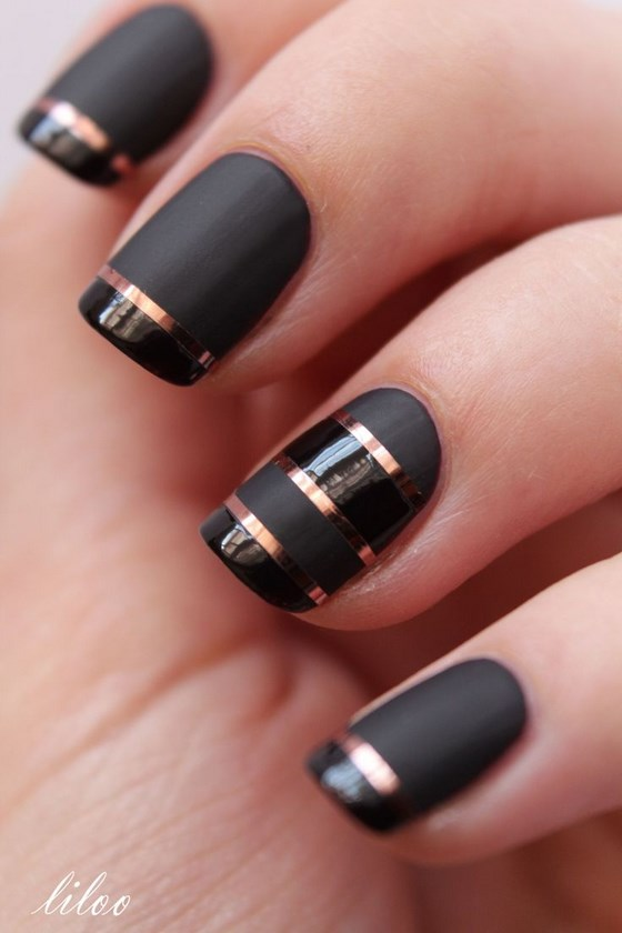 uñas negras con cintillas
