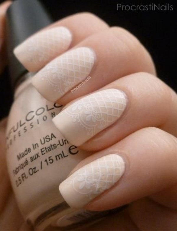 uñas pintadas color nude con un estampado blanco