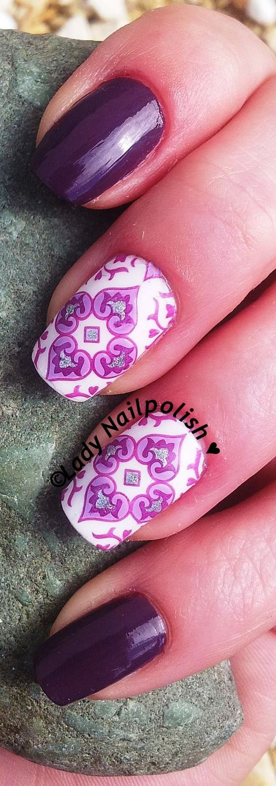 diseño de uñas moradas estampadas