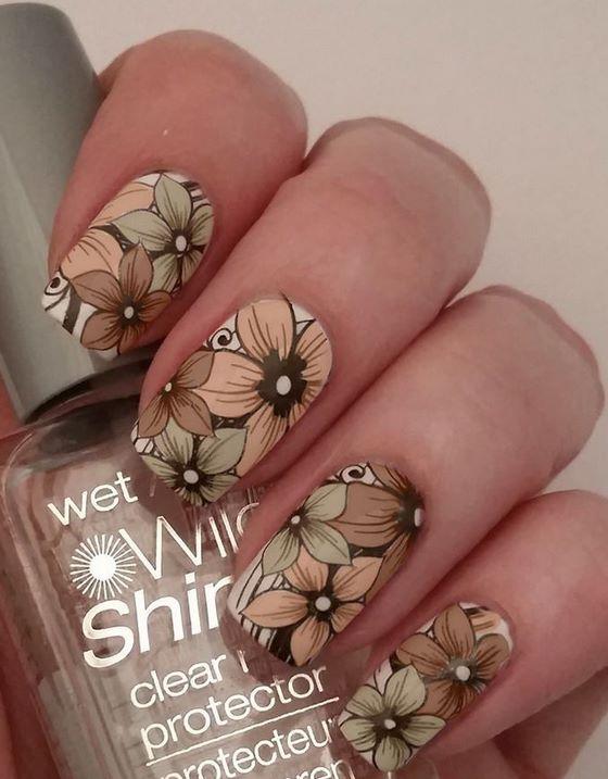 hermosas flores estampadas en las uñas