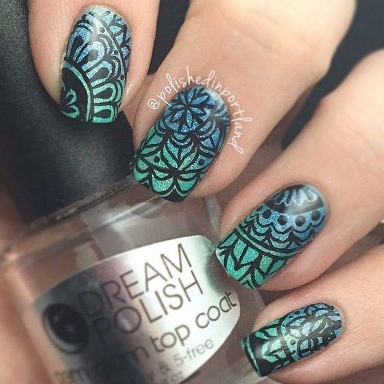 lindo diseño de uñas en degrade estampado