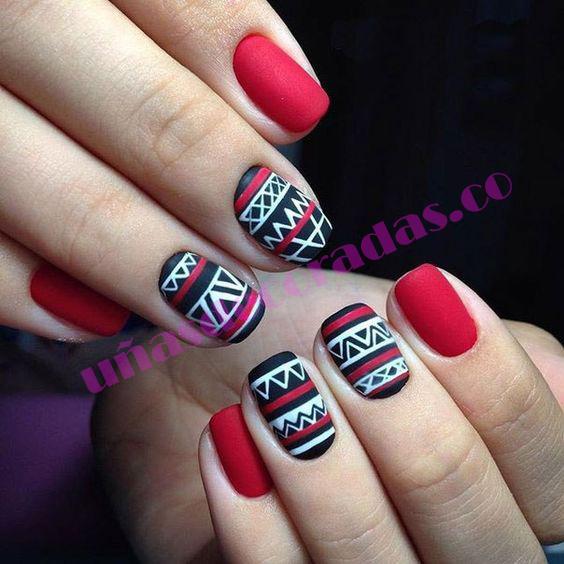 Uñas rojas con decoración tribal
