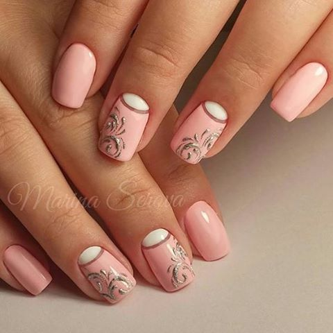 Uñas de color rosa decoradas